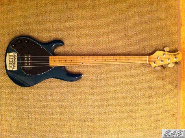 musicman stingray 5 bass left handed 5 string item mi 100803 for sale on sellmyguitar. Black Bedroom Furniture Sets. Home Design Ideas